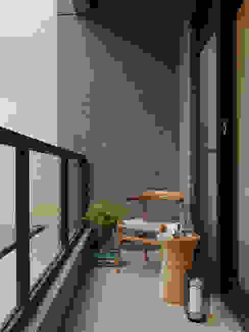 Balkon, Beranda & Teras Modern Oleh 夏沐森山設計整合 Modern