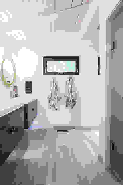 Modern bathroom by BLDG Workshop Inc. Modern