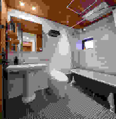 浴室 エム・アイ・エー・アーキテクツ有限会社 モダンスタイルの お風呂 タイル 白色