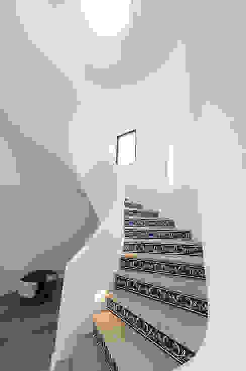 Stairs Pasillos, vestíbulos y escaleras modernos de studioarte Moderno