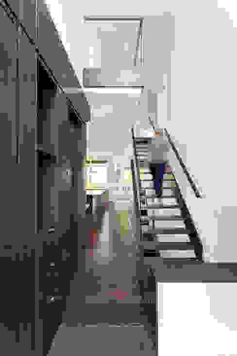 Nowoczesny korytarz, przedpokój i schody od Jane Thompson Architect Nowoczesny Drewno O efekcie drewna