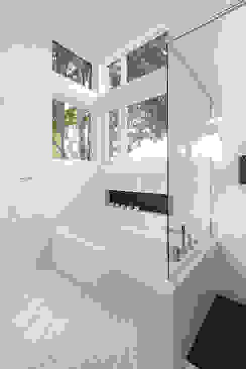 Baños modernos de Jane Thompson Architect Moderno Mármol