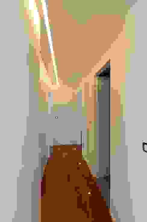 Hành lang, sảnh & cầu thang phong cách hiện đại bởi yesHome Hiện đại