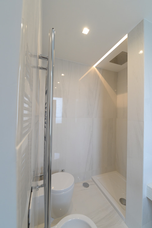 Phòng tắm phong cách hiện đại bởi yesHome Hiện đại
