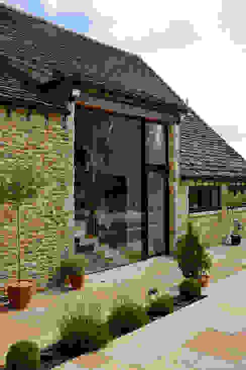 External shot Trombe Ltd Puertas y ventanas de estilo moderno