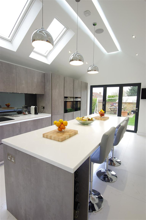 Contemporary design with plenty of light by PTC Kitchens Modern
