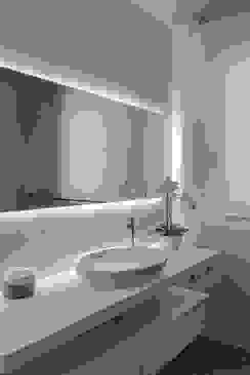 Baños de estilo moderno de Claude Petarlin Moderno