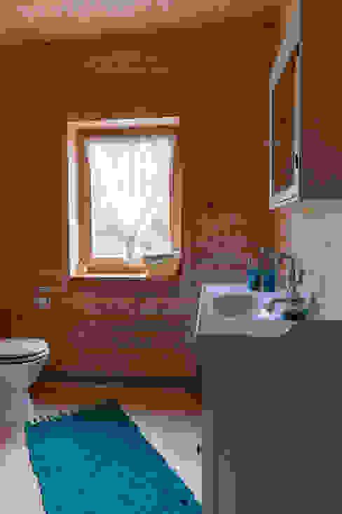 Scandinavian style bathroom by THULE Blockhaus GmbH - Ihr Fertigbausatz für ein Holzhaus Scandinavian Wood Wood effect