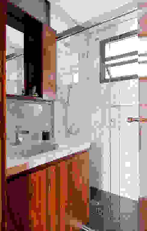 Baños de estilo clásico de INÁ Arquitetura Clásico