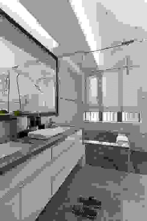 毛胚屋規劃案 現代浴室設計點子、靈感&圖片 根據 Green Leaf Interior青葉室內設計 現代風