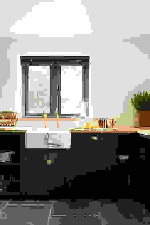 The Leicestershire Kitchen in the Woods by deVOL Nhà bếp phong cách đồng quê bởi deVOL Kitchens Đồng quê