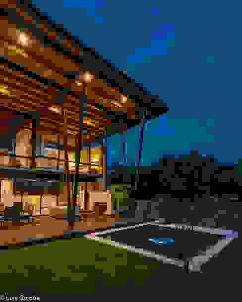 Terraza con jacuzy Piscinas de estilo moderno de arquitecturalternativa Moderno