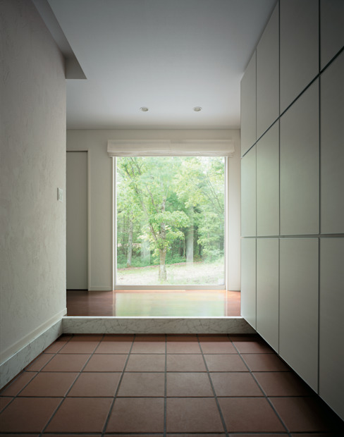 Modern Corridor, Hallway and Staircase by Mアーキテクツ|高級邸宅 豪邸 注文住宅 別荘建築 LUXURY HOUSES | M-architects Modern Tiles