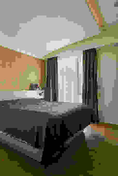雙色珪藻土凸顯牆面豐富層次感:  臥室 by 青瓷設計工程有限公司, 現代風