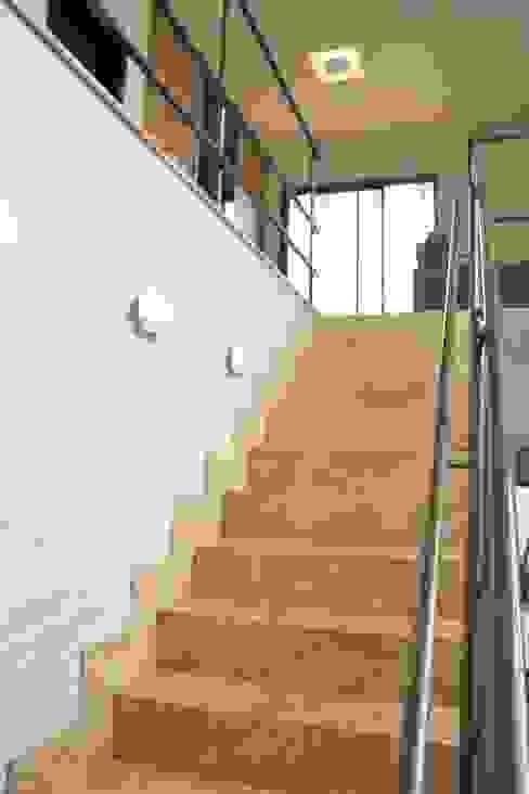 Pasillos y vestíbulos de estilo  por Pz arquitetura e engenharia