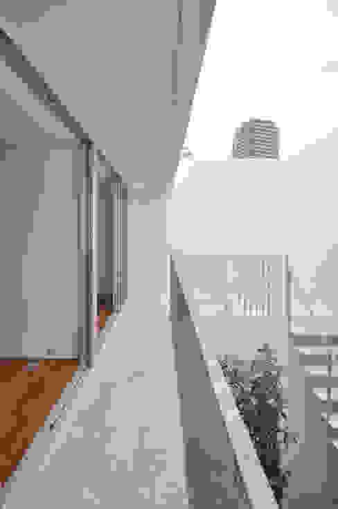 Balkon, Beranda & Teras Modern Oleh 門一級建築士事務所 Modern