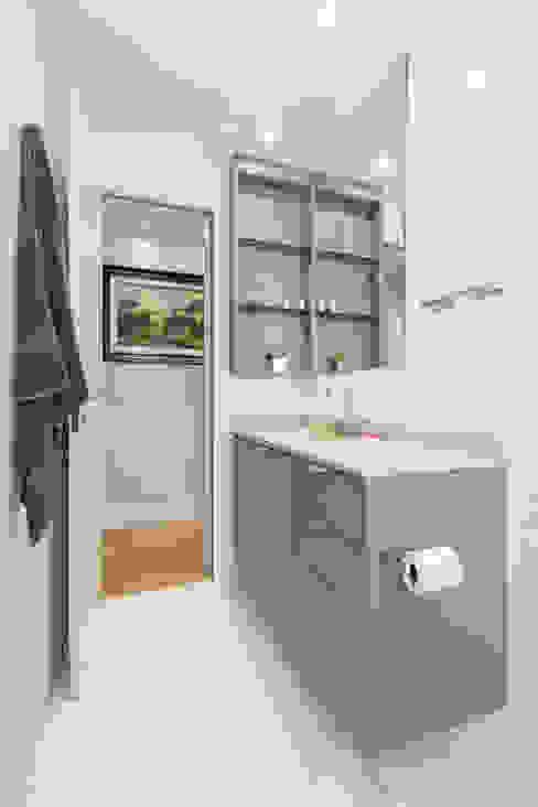 Minimalist bathroom by Kali Arquitetura Minimalist