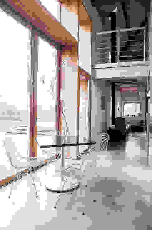Interieur met grote houten kozijn en industriele betonnen gietvloer Landelijke eetkamers van JEANNE DEKKERS ARCHITECTUUR Landelijk Beton