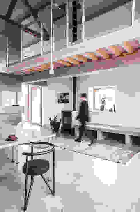 Inrichting brengt moderne en traditionele elementen samen Landelijke woonkamers van JEANNE DEKKERS ARCHITECTUUR Landelijk Beton