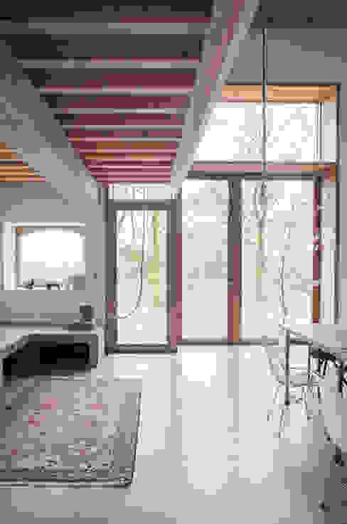 Grote ramen zorgen voor veel licht en prachtig uitzicht Landelijke woonkamers van JEANNE DEKKERS ARCHITECTUUR Landelijk Beton