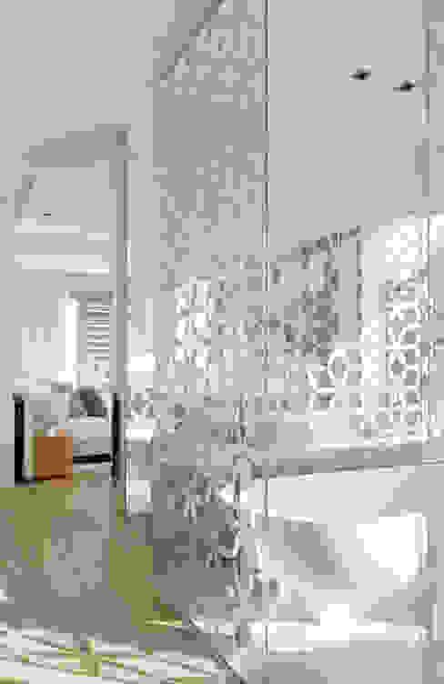 Roca Llisa:  Bathroom by ARRCC, Modern