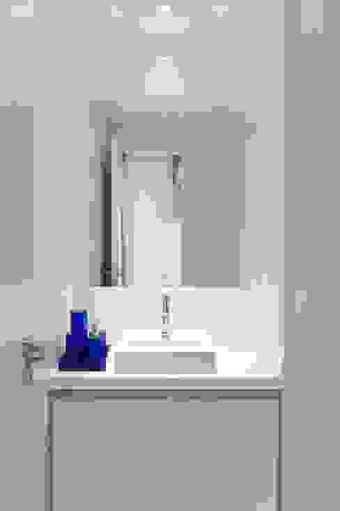 Banheiro para rapaz Modern bathroom by Ju Nejaim Arquitetura Modern Stone