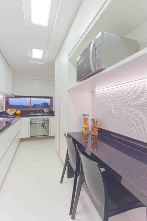 Kitchen by Ju Nejaim Arquitetura, Classic MDF