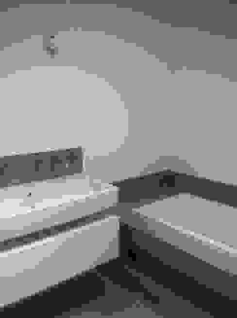 Baños de estilo moderno de Eric Rechsteiner Moderno