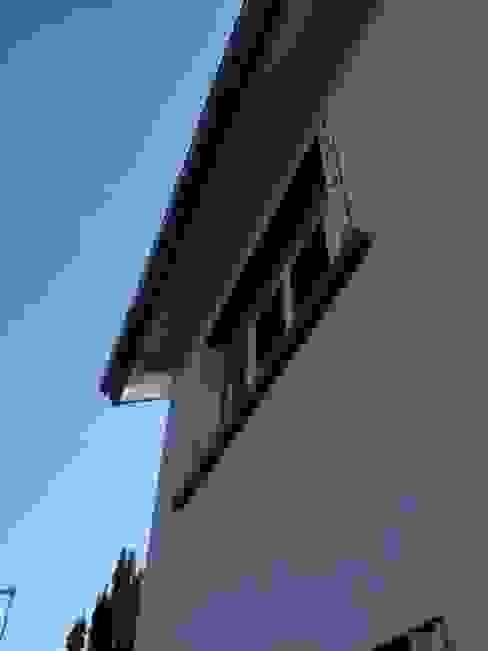 détail de la façade coté jardin : Maisons de style  par Eric Rechsteiner, Minimaliste