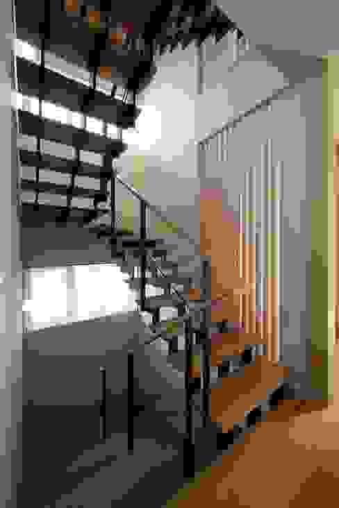 Couloir, entrée, escaliers modernes par 富谷洋介建築設計 Moderne