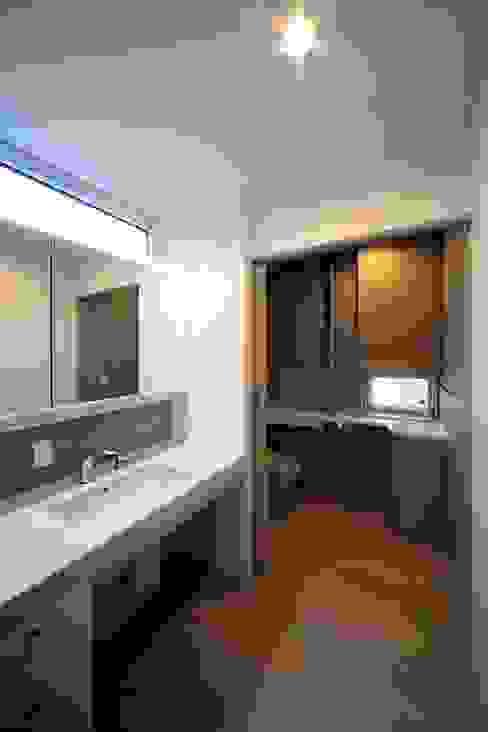 Ванная комната в стиле модерн от 富谷洋介建築設計 Модерн