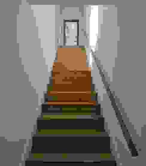Stair Pasillos, vestíbulos y escaleras de estilo minimalista de Mayer & Selders Arquitectura Minimalista Madera Acabado en madera