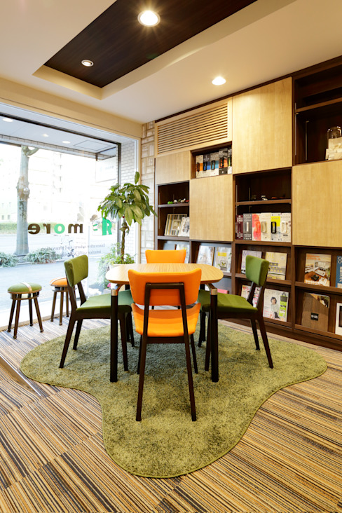 Office spaces & stores  by 株式会社Juju INTERIOR DESIGNS