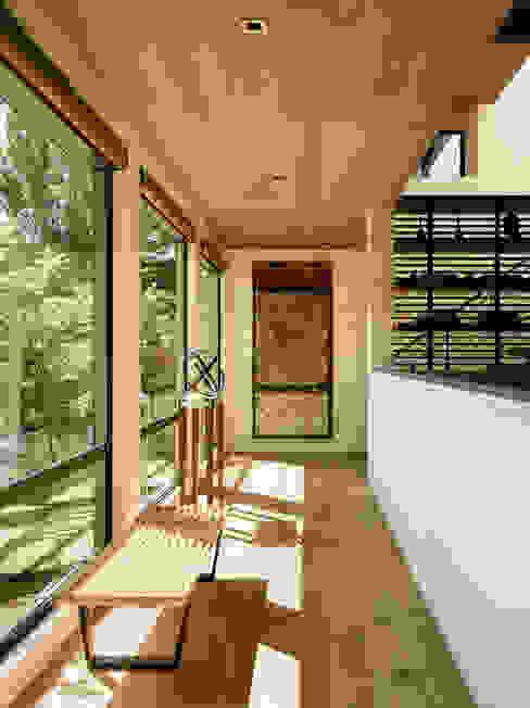 Pasillos, vestíbulos y escaleras modernos de Feldman Architecture Moderno Madera Acabado en madera
