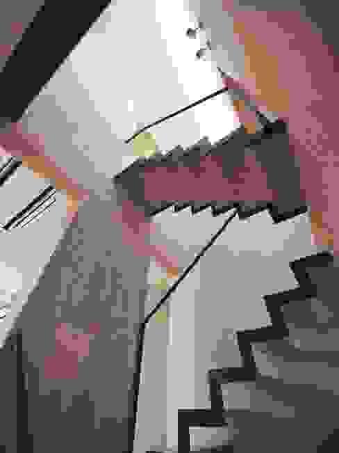by イシウエヨシヒロ建築設計事務所 YIA Modern Wood Wood effect