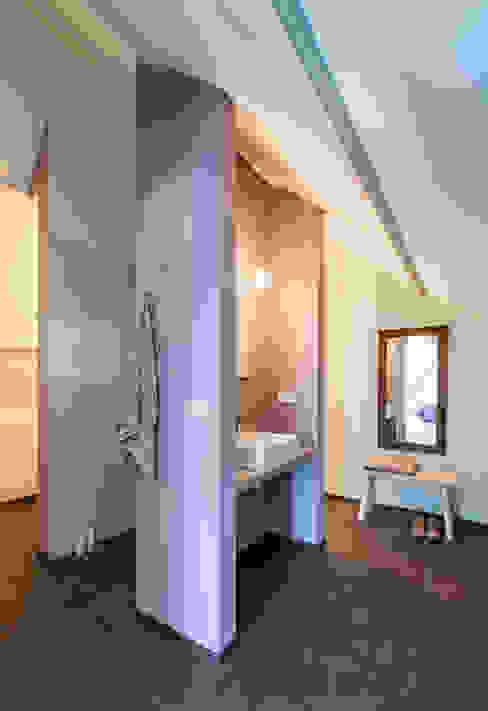 Wonen in een klaslokaal Moderne badkamers van Studio RUIM Modern
