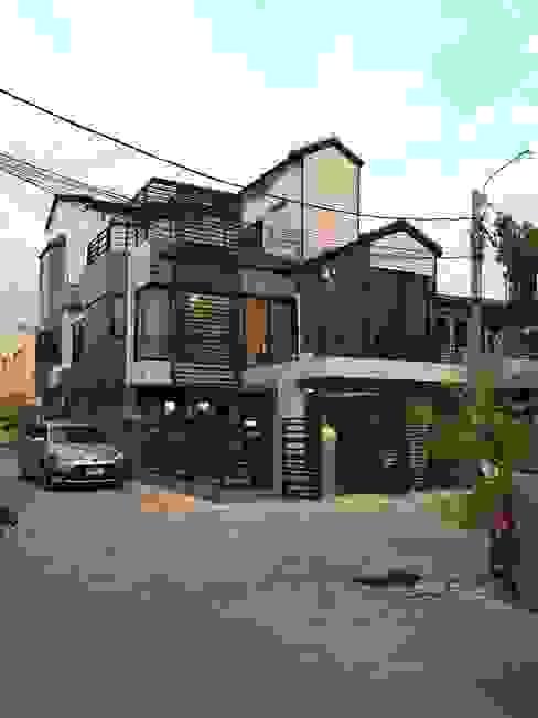 สายรุ้งรีโนเวท Casas modernas Concreto Marrón