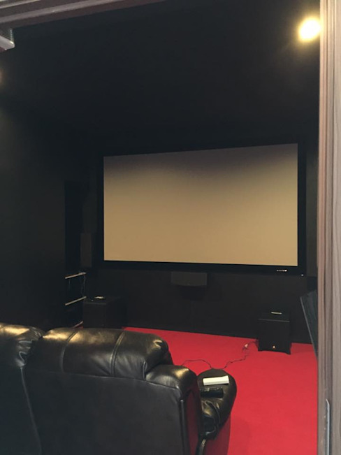 Sala multimediale in stile  di สายรุ้งรีโนเวท