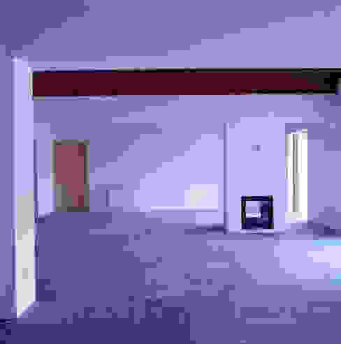 Salas de estilo mediterraneo de Pedro Mendes Arquitectos Mediterráneo