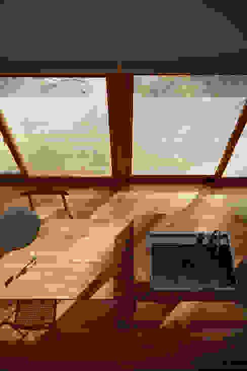 湖沼に建つ家 toki Architect design office モダンな キッチン 木 木目調