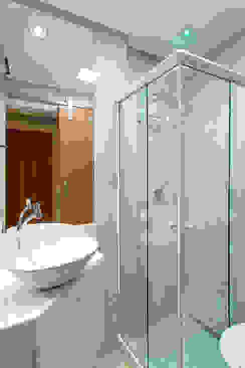 Salle de bain originale par Milla Holtz & Bruno Sgrillo Arquitetura Éclectique