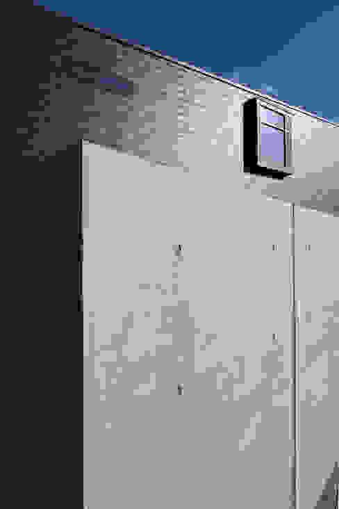 MAG + 宮徹也建築計画 Modern houses Concrete Grey