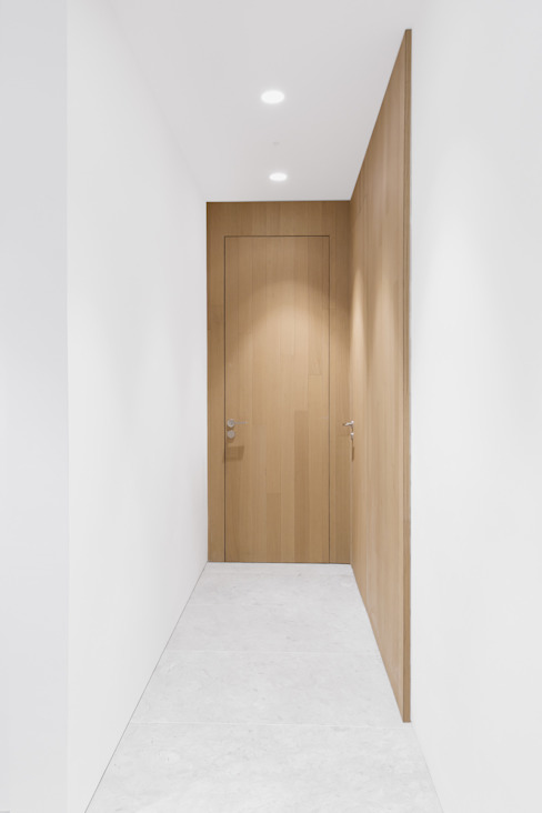Minimalistic Corridor Modern corridor, hallway & stairs by Sensearchitects Limited Modern Wood Wood effect