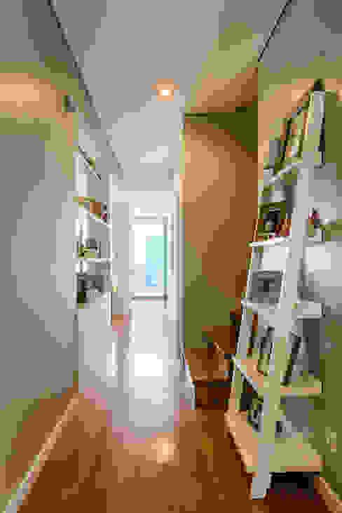 Pasillos y vestíbulos de estilo  por Franca Arquitectura, Moderno