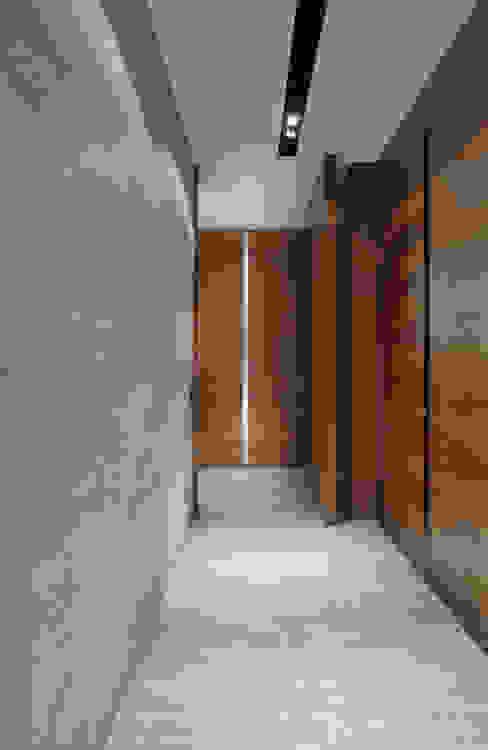 الممر والمدخل تنفيذ Alessandra Contigli Arquitetura e Interiores, حداثي