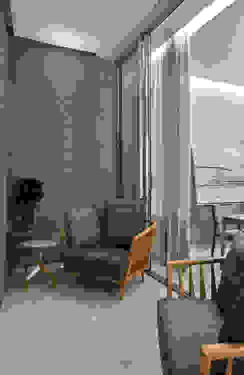بلكونة أو شرفة تنفيذ Alessandra Contigli Arquitetura e Interiores, حداثي
