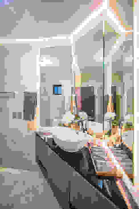 QR201: Baños de estilo  por ESTUDIO TANGUMA, Moderno Madera Acabado en madera