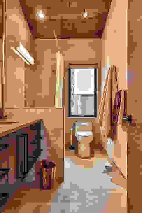 Winnipeg beach weekend home Modern bathroom by Unit 7 Architecture Modern