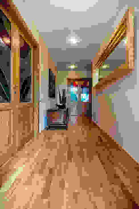 LO SPAZIO CONDIVISO Studio Prospettiva Ingresso, Corridoio & Scale in stile moderno Legno Ambra/Oro