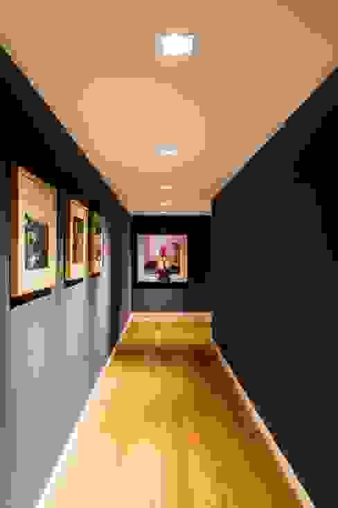 Couloir, entrée, escaliers rustiques par Interiores B.AP Rustique